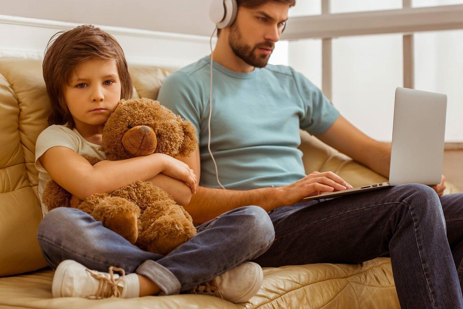 Tati, lasa laptopul și joaca-te cu mine!